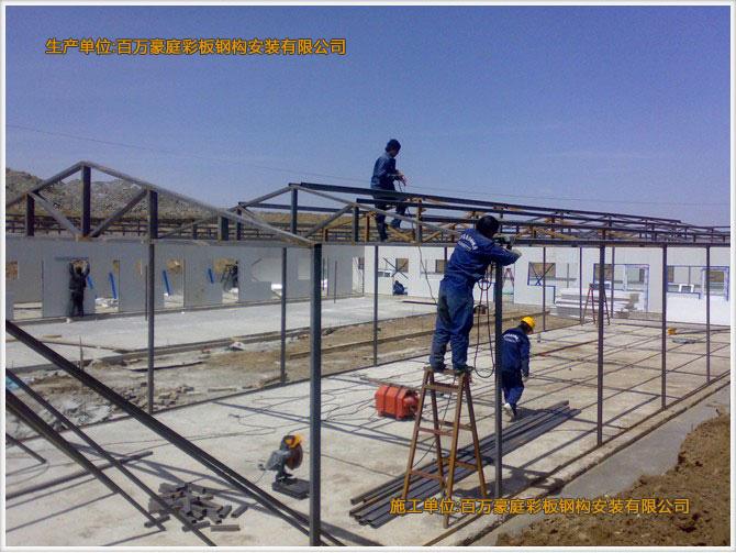 """抗震性   低层别墅的屋面大都为坡屋面,因此屋面结构基本上采用的是由冷弯型彩钢钢构件做成的三角型屋架体系,轻钢构件在封完结构性板材及石膏板之后,形成了非常坚固的""""板肋结构体系"""",这种结构体系有着更强的抗震及抵抗水平荷载的能力,适用于抗震烈度为8度以上的地区。 抗风性   彩钢钢结构建筑重量轻、强度高、整体刚性好、变形能力强。建筑物自重仅是砖混结构的五分之一,可抵抗每秒70米的飓风,使生命财产能得到有效的保护。 耐久性   彩钢结构住宅结构全部采用冷弯薄壁钢构件体系组成,钢骨采用超级防腐高强冷轧镀锌板制"""
